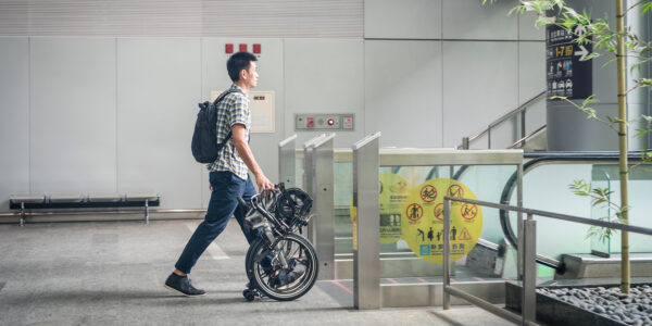 <h1>Ready to Roll</h1>Ever tried to ride on public transport with a folding bike and felt like you needed an extra pair of hands? The BYB stands on its rack, and its built-in spinner wheels let you trolley the bike with one hand while the other holds your coffee.